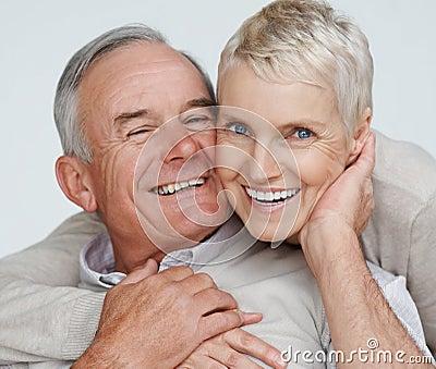 Coppie anziane felici che si godono di