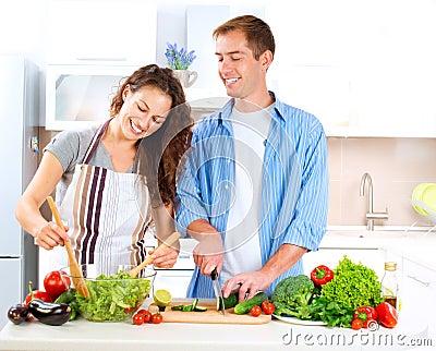 Coppie che cucinano insieme