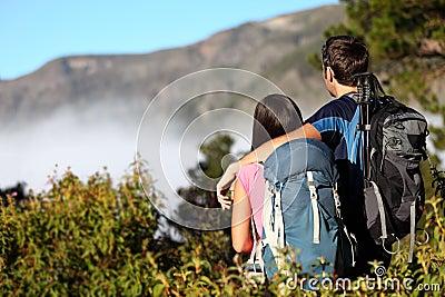 Coppie che fanno un escursione esaminando vista
