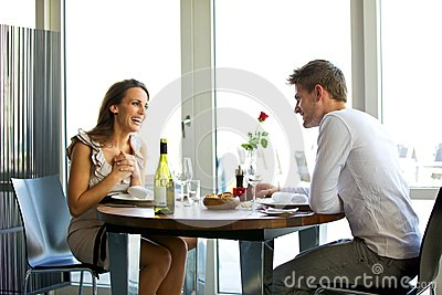 Coppie che godono di un pranzo romantico per due