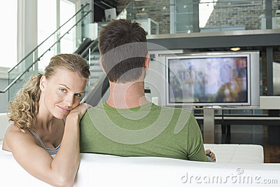 Coppie che guardano TV a casa