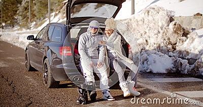 Coppie che parlano come hanno messo sopra gli stivali di corsa con gli sci stock footage