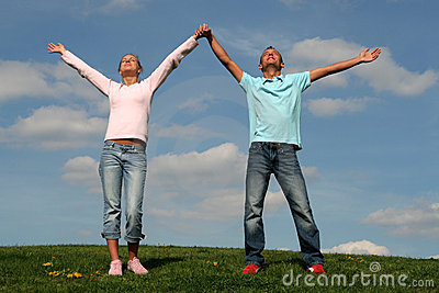 Coppie che si levano in piedi sull erba
