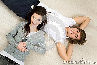Coppie che si trovano sul pavimento