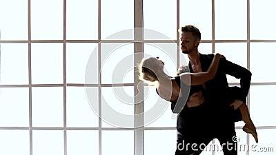 Coppie in costumi neri che ballano ballo contemporaneo video d archivio