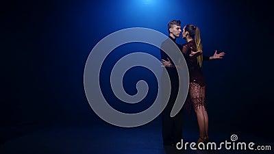 Coppie di dancing di tango dei ballerini eleganti professionisti in studio fumoso video d archivio