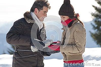 Coppie di inverno con le bevande calde