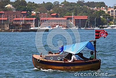 Coppie durante il giro della barca dell annata Fotografia Editoriale