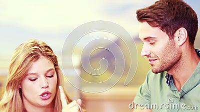 Coppie graziose che discutono in un deposito video d archivio