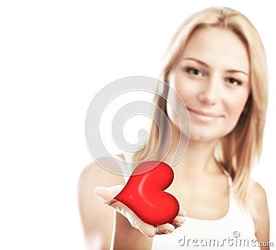 Coração bonito da terra arrendada da mulher, foco seletivo