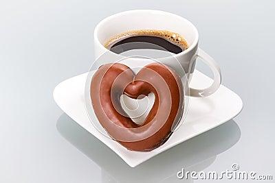 Coração do pão-de-espécie ao copo de café