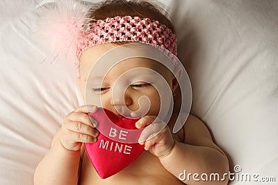 Corazón del asimiento del bebé de la tarjeta del día de San Valentín