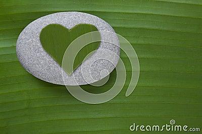 Corazón verde en el guijarro