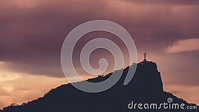Corcovadoheuvel en Christus met wolken dynamisch in Rio de Janeiro, Brazilië stock videobeelden