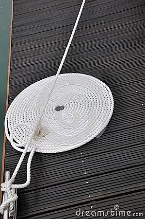 Corda da torção do barco na placa de doca