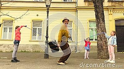 Corda dell'uomo anziano che salta con tre ragazze video d archivio