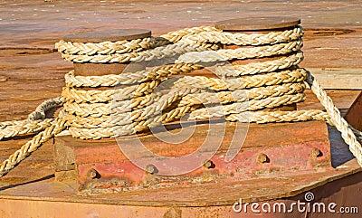 A corda fere firmemente ao redor dois grampos.
