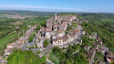 Cordes-sur-Ciel, деревня в холме Occitanie, южной Франции сток-видео