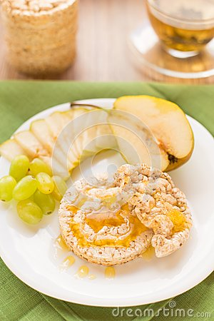 Corn crackers with honey and fruits