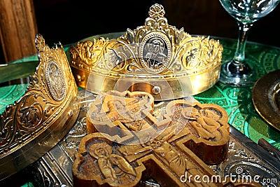 Coronas y cruz de las bodas