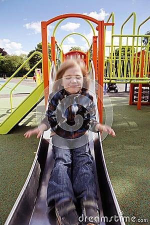 Corrediça do campo de jogos da criança