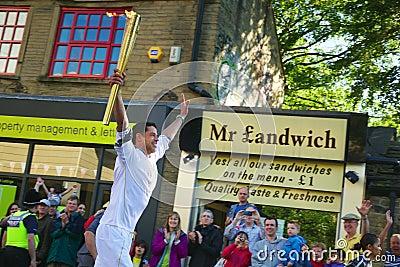 Corredor de relé olímpico da tocha, Headingley, Leeds, Reino Unido Imagem Editorial