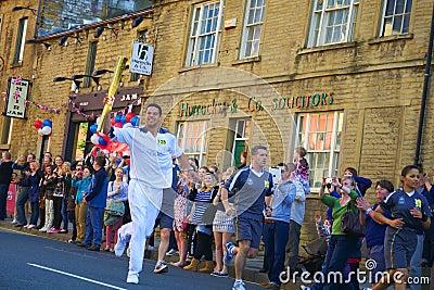 Corredor de relais olímpico de la antorcha, Headingley, Leeds, Reino Unido Fotografía editorial