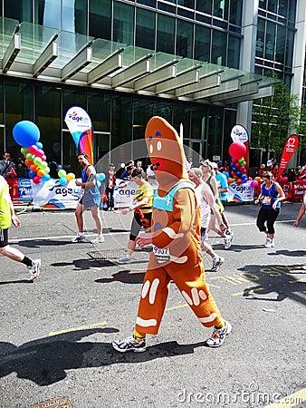 Corredores de la diversión en el maratón el 25 de abril de 2010 de Londres Fotografía editorial