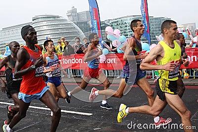 Corredores principales en el maratón 2010 de Londres. Foto editorial