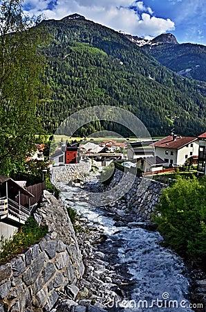 Corrente austriaca della Alpe-montagna nella città Pfunds