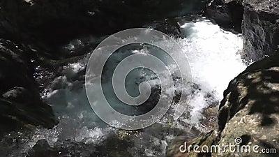 Corrente dell'acqua di fiume stock footage
