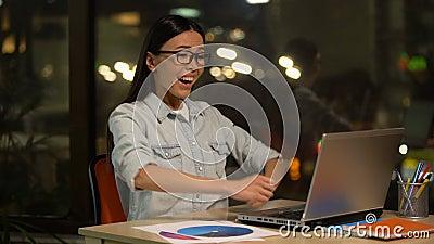 Correo de la lectura de la mujer en el ordenador portátil sobre la concesión o la promoción, inicio acertado almacen de metraje de vídeo
