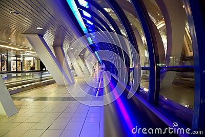 Corridoio con le grandi finestre e le mostrare-finestre commerciali