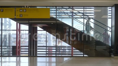Corridoio terminale dell'aeroporto di partenza con il fondo della finestra e della scala mobile archivi video