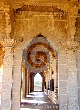 Free Corridor Made Of Decorative Arches And Patterned Pillars - Ancient Indian Architecture Royalty Free Stock Image - 118146116