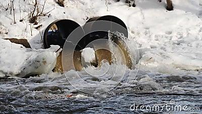 Corrientes sucias fuera del tubo concreto Contaminación ambiental almacen de video