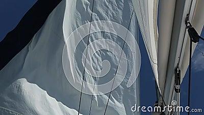 Corsa di navigazione yachting Barca di lusso che viaggia sul mar Mediterraneo (HD) video d archivio