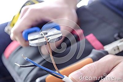 cortando-fios-eltricos-28540142.jpg