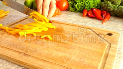 Cortando a pimenta amarela no movimento lento video estoque