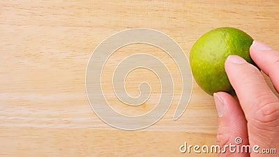 Cortar limão orgânico com faca num tabuleiro de madeira em pequena peça para ingrediente de cozinha ou sumo de limonada Limão che video estoque