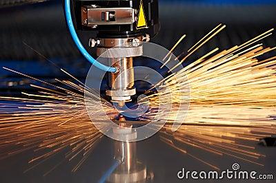 Corte del laser de la hoja de metal con las chispas