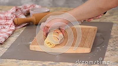 Cortes de chef com uma faca em porções iguais para assar pães estaladiços filme