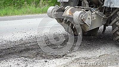 Cortes de máquina da trituração da estrada o asfalto velho Sob a constru??o Destruição da superfície de estrada O cortador corta  filme