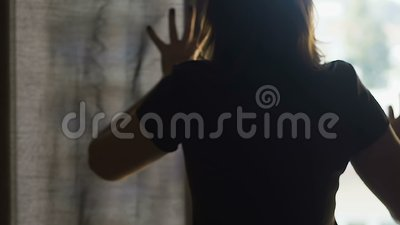 Cortinas de abertura de la mujer joven, limpieza de la mañana en la habitación, servicios de la presentadora almacen de metraje de vídeo