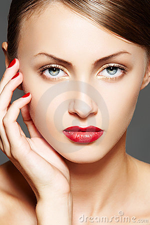 Free Cosmetic. Luxury Woman Model With Glamour Make-up Royalty Free Stock Photos - 16018368
