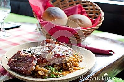 Costillas de cerdo y col conservada en vinagre - receta rumana