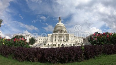 Costruzione capitala degli Stati Uniti, congresso nell'ambito di una panoramica del cielo blu 4k - Washington DC stock footage