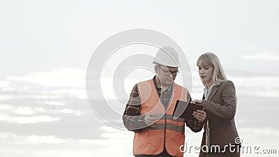 Costruzione e gestione della funzione Affare di costruzione e giovani Un appaltatore in una maglia riflettente archivi video
