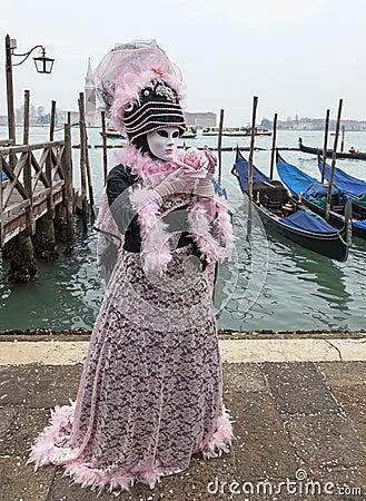 Costume veneziano con una Rosa Immagine Editoriale