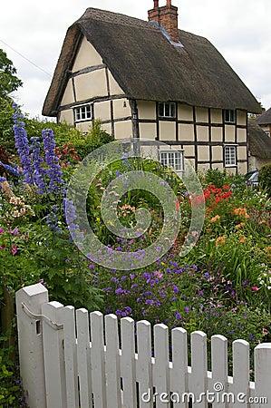 Cottage inglese fotografie stock libere da diritti for Vecchio cottage inglese